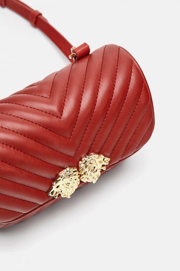 Zara crvena torba sa sitnim ukrasnim detaljima